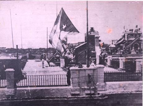 Momento-solemne-en-que-la-bandera-cubana-era-izada-el-20-de-mayo-de-1902